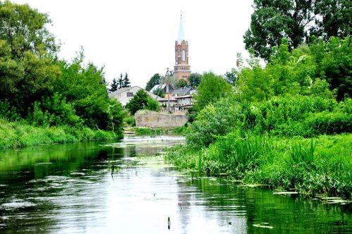 Górująca nad Sochocinem wieża kościoła